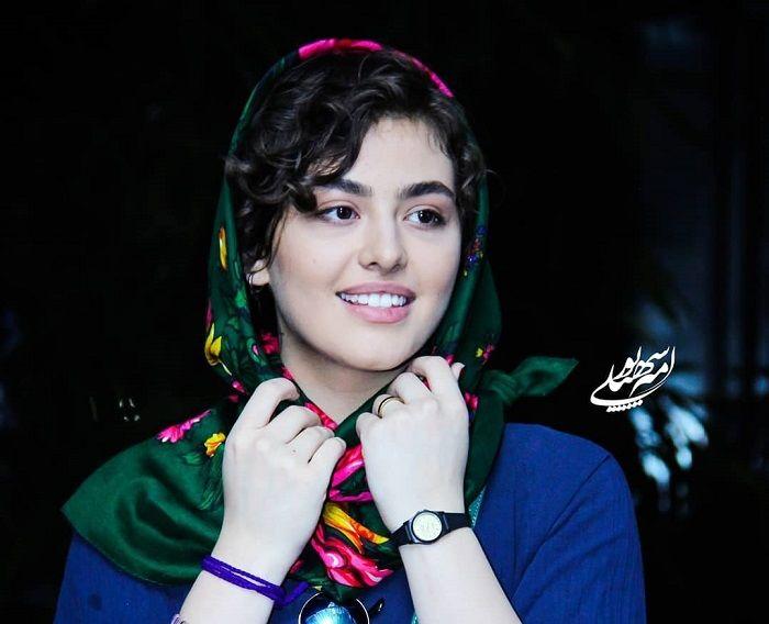 ریحانه پارسا در سال ۱۳۷۷ در شهر تهران به دنیا آمد .پدر او دارای شغل آزاد بود و همچنین دارای دو خواهر کوچکتر از خود هم میباشد. او او در رشته تئاتر در دانشگاه سوره خواننده و به جز بازیگری در حرفه عکاسی نیز فعالیت دارد.