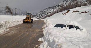 دیشب یک خودروی پراید که بدون زنجیر چرخ در محور کوهرنگ در اثر بارش برف سنگین گرفتار شده بود بعد از دو روز توسط ماموران هلال احمر شناسایی و راننده و خودرو از برف رهاسازی شدند. خوشبختانه در این حادثه راننده خودرو جان سالم به در برده و توسط نیروهای هلال احمر نجات داده شد.