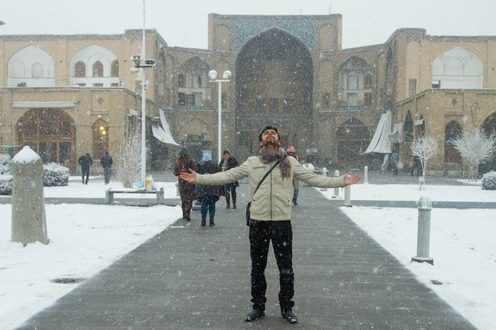 بارش برف زمستانی در استان اصفهان پس از مدت ها و تغییر چهره این شهر بسیاری از مردم شهر را به مکان های تاریخی و تماشایی شهر کشانده و همچنین موجب خلق آثار زیبای هنری توسط عکاسان گشته.