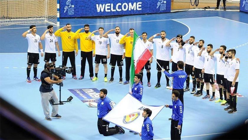 تیم ملی هندبال کشورمان در هنگام خواندن سرود ملی کشور مان قبل از مسابقه با تیم کویت به سبک سربازان به پرچم جمهوری اسلامی ایران سلام نظامی دادند