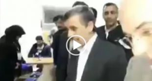 محمود احمدی نژاد رئیس جمهور دو دوره قبل با حضور در شعبه اخذ رای در هنگام رای دادن به اعضا شعبه اخذ رای آموزش درست کردن ماسک با دستمال کاغذی داد