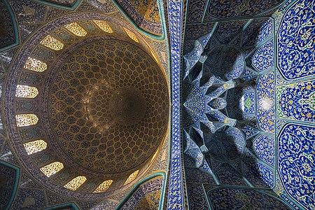 مسجد شیخ لطف الله در دوران صفوی در شهر اصفهان و در میدان نقش جهان ساخته شد این مسجد یکی از شاهکارهای هنری و معماری از قرن یازدهم هجری شناخته شده و همیشه یکی از مکان های دیدنی و مورد توجه گردشگران داخلی و خارجی در اصفهان محسوب می گردد.