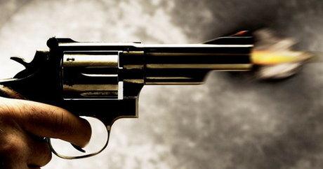 دیشب در حوالی ساعت ۲ بامداد بر اثر تیراندازی پلیس و ماموران انتظامی به یک خودرو پراید در استان بوشهر یکی از سرنشینان پراید به شدت زخمی شد و بر اثر جراحات وارده در صحنه حادثه درگذشت.