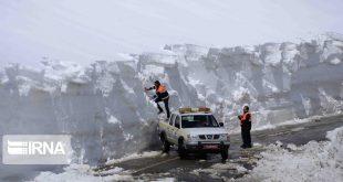 به گزارش ایرنا در این جاده ارتفاع برف به بیش از ۶ متر رسیده و ماشین آلات سنگین راهداری در حال تلاش برای بازگشایی این محور می باشند.