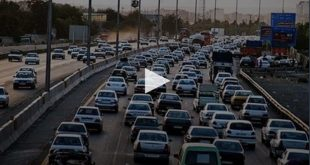 ترافیک سنگین ماشین ها در عوارضی خروجی بزرگراه تهران به سمت قم نشان از بی توجهی مردم به هشدارهای وزارت بهداشت در خصوص عدم رفتن به مسافرت نوروزی دارد
