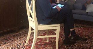 مطلب نیو - عکس منتشر شده از برنی سندرز در خانه اش که در حال بررسی اخبار توسط گوشی موبایلش می باشد در فضای مجازی منتشر شده و به سوژه رسانه ها تبدیل شد. موضوع اصلی قابل توجه در عکس منتشر شده وجود فرش ایرانی در خانه برنی سندرز است که بسیار مورد توجه قرار گرفت.