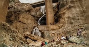 عکس منتشر شده از وجود آبشار ها و رودخانه ای که در زیر پلهای باتوبان تهران-شمال جریان دارد نگرانی هایی را در خصوص صدمات وارده در طولانی مدت به پی این پلها برای کاربران فضای مجازی بسیاری از افراد به وجود آورده است