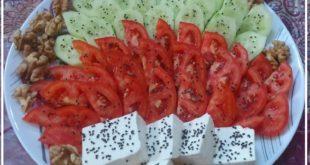 یکی از غذاهای مورد علاقه ایرانیان و البته ساکنان کشور ترکیه نان و پنیر به همراه خیار و گوجه می باشد که البته در برخی از موارد به عنوان یک میان وعده نیز در نظر گرفته می شود