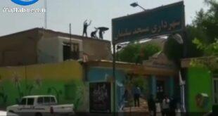 در یک اقدام عجیب یک پیمانکار طلبکار سقف ساختمان شهرداری شهرستان مسجدسلیمان در استان خوزستان را تخریب کرد