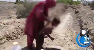 فیلم تکان دهنده و فاجعه بار از تلاش یک مادر و کودک برای به دست آوردن آب آشامیدنی از درون چاه در سیستان و بلوچستان بسیاری را در شک و حیرت فرو برد