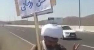فیلمی از چندین طلبه که با حمل پلاکاردهایی در جاده قم تهران درخواست محاکمه روحانی توسط رئیس قوه قضاییه را داشتند خبرسازشد