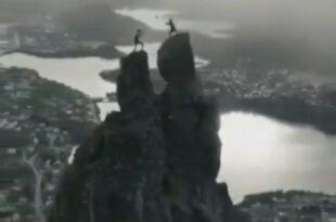 کوه سوولورگیت نروژ، یک قله محبوب برای کوهنوردی. روی نوک قله آن دو تخته سنگ وجود دارد که شبیه شاخ های بز است.