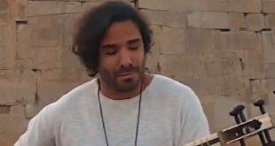 علی قمصری نوازنده و آهنگساز چیرهدست ایرانی آهنگ زیبای (طنم) را با تار در تختجمشید اجرا کرد