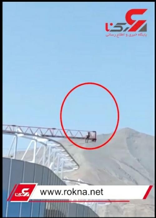 فیلم وحشتناک از تهدید به خودکشی یک کارگر ناراضی در تهران بر روی تاور کرین (جرثقیل برجی)