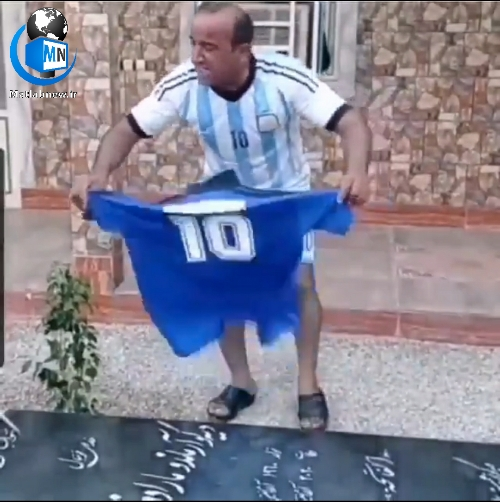 فیلم/ شادی عجیب فوتبال دوست بوشهری بعد از پیروزی آرژانتین بر سر سنگ قبر یادبود مارادونا