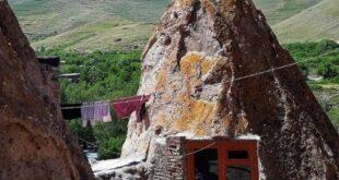 روستای کندوان روستایی اسرارآمیز و جذاب با خانه های سنگی دیدنی، در کنار دامنه های کوه سهند، که به روستایی صخره ای معروف است
