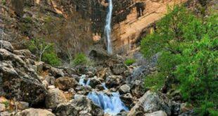 در 5 کیلومتری شهرستان نیریز و در دامنه کوه های جنوب آن، منظقه ای بی نظیر از کوه و جنگل و چشمه در دل یک آبشار زیبا به نام آبشار نیریز می بینید